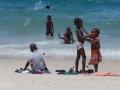 barn på strand i zanzibar
