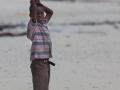 kvinna på strand i zanzibar