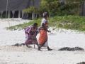kvinnor på strand i zanzibar