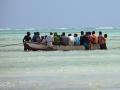 män i en båt på Zanzibar