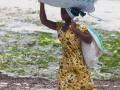 kvinna på en strand på Zanzibar