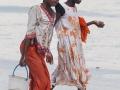 kvinnor på en strand på Zanzibar