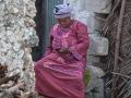 kvinna med en mobiltelefon på en strand på Zanzibar