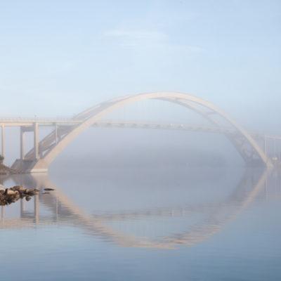 Tavlor från vår underbara natur. Djuröbron i dimma, vacker bro tagen av naturfotograf Bee Thalin från Värmdö, Stockholms skärgård1